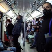 Personas utilizan la Línea 1 del Metro de Santiago